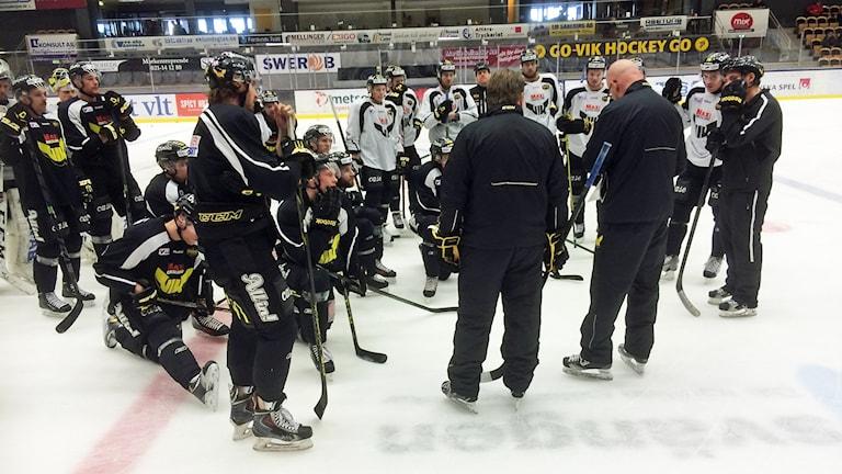 Hockeyträning med tränarna Andreas Appelgren och Johan Rosén. Foto: Johan Bengts/Sveriges Radio.
