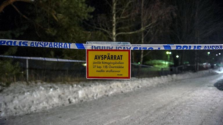Avspärrning vid villan i Kolbäck där två personer hittatts döda. Foto: Niklas Hagman.