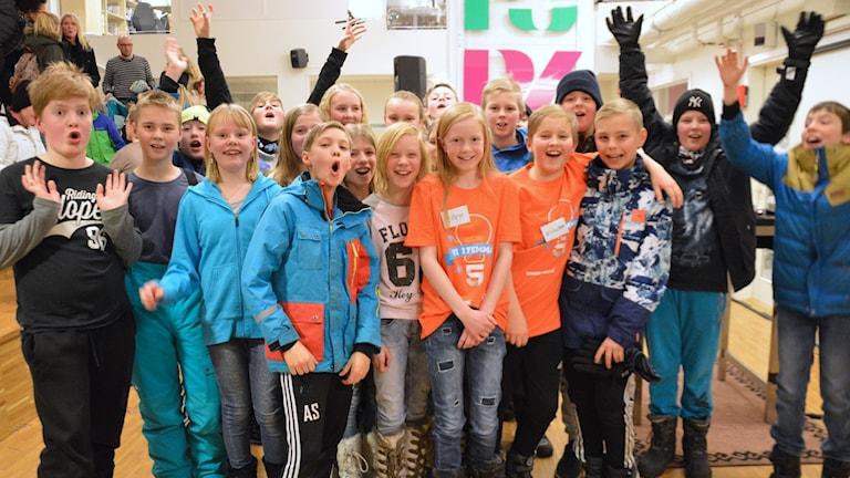 Hökåsenskolan firar segern. Foto: Eva Kleppe/Sveriges Radio.