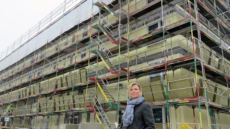 Mimers kundcenterchef Anette Jansson framför nybygget på Skiljebo. Foto: Monica Elfström/Sveriges Radio.