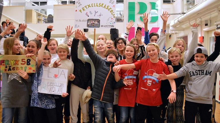 Fryxellska skolan 5B jublar efter segern. Foto: Eva Kleppe/Sveriges Radio.