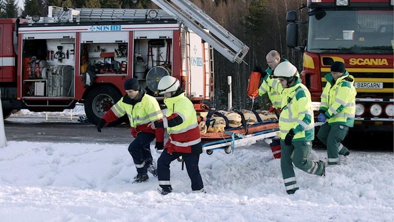 Intensivt räddningsarbete efter bussolyckan i Arboga 2006. Foto: Dan LIndberg/TT.