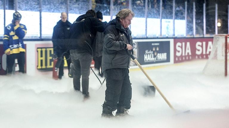 Problem med isen under Euro Hockey Tour landskampen mellan Sverige och Finland i ABB Arena  i Västerås 2015. Foto Jessica Gow/TT.