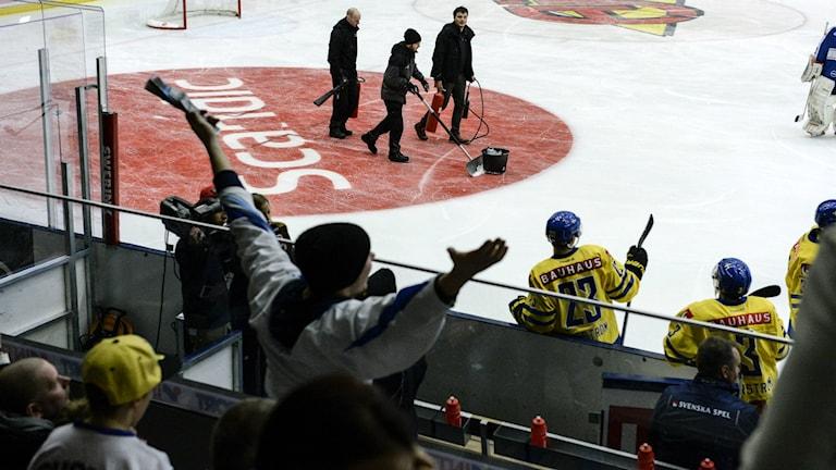 Landskampen mellan Sverige och Finland i ABB Arena avbröts när isen gick sönder. Foto: Jessica Gow/TT.
