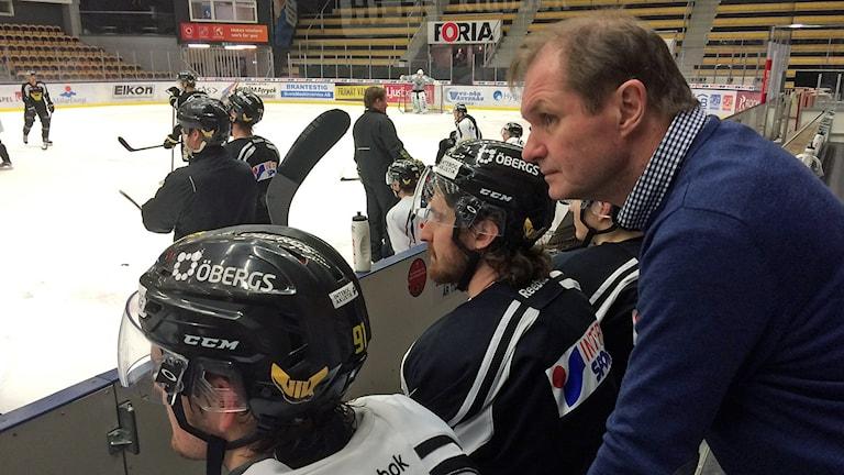 Mentala coachen Pär Pettersson ska hjälpa VIK Hockey att börja vinna matcher. Foto: Johan Bengts/SR.