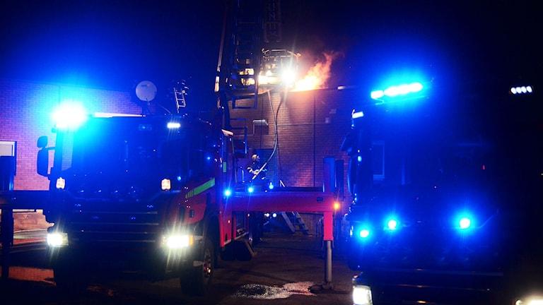 Brandbilar i natten.