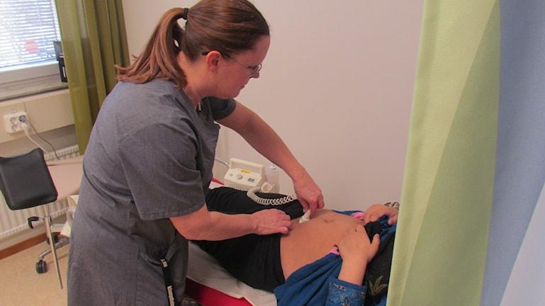 Gravid kvinna undersöks.