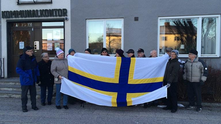 Sverigefinnar med Sverigefinska flaggan.