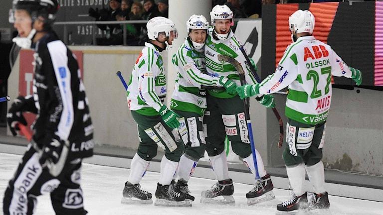 VSK Bandy jublar efter mål mot Sandviken.
