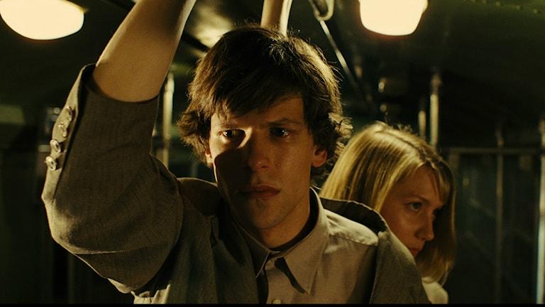 "Jesse Eisenberg och Mia Wasikowska i filmen ""The Double""."