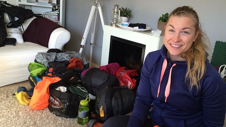 Äventyraren Maria Granberg bland en del av den packning hon ska bära upp på världens tak.