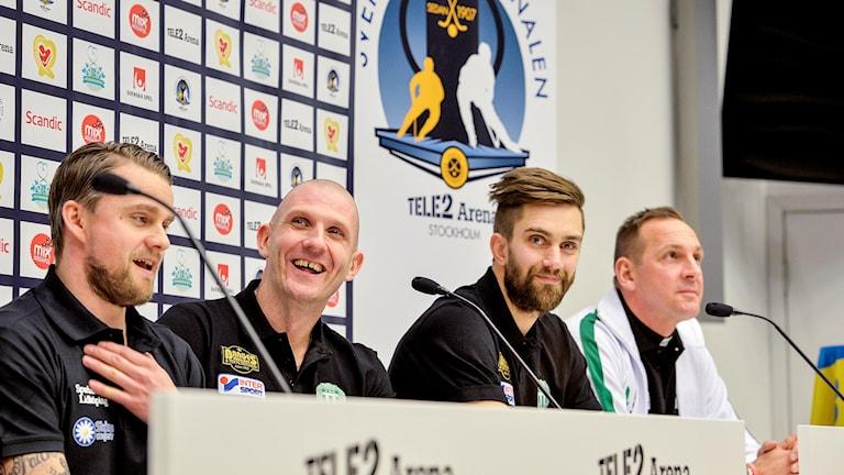 VSK-arna Andreas Bergwall, Magnus Joneby och Michael Carlsson tillsammans med Villa Lidköpings skyttekung David Karlsson under torsdagens pressträff inför SM-finalen.