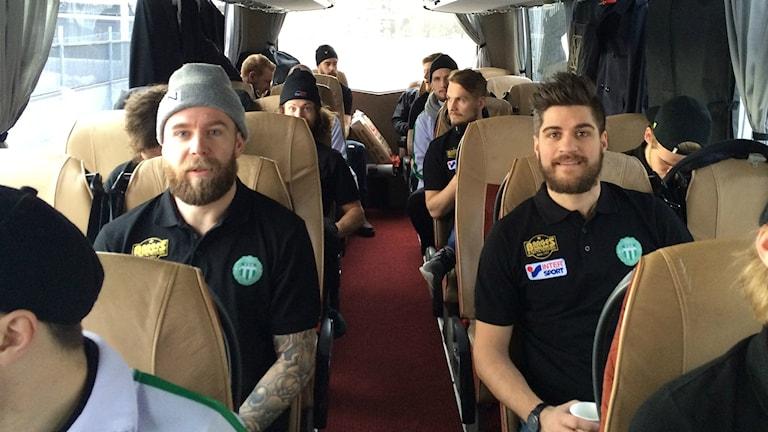 Anders Bruun och Tobias Holmberg  i VSK Bandy i bussen.