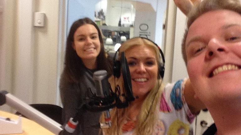 P4 Västmanlands praktikant Hanna Isaksson, här tillsammans med programledarna Jonna Noblin och Mattias Rensmo.
