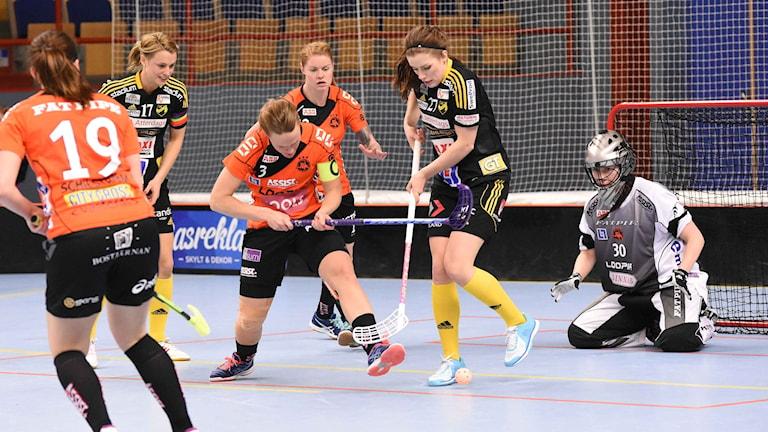 Rönnbys lagkapten Sanna Scheer kämpar för att hålla rent framför mål.