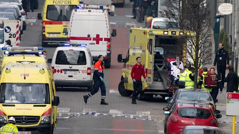Stort räddningspådrag efter explosion vid tunnelbanestation.