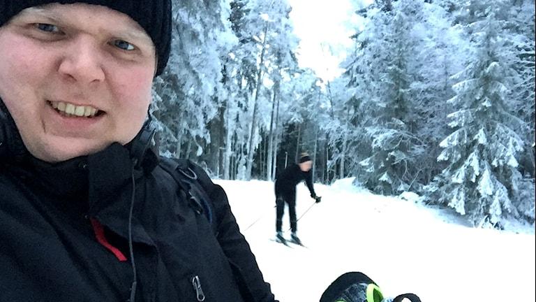 Mattias Rensmo testar skidåkning.
