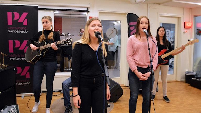 Elever från Nybyggeskolan spelar live i P4 Västmanland.