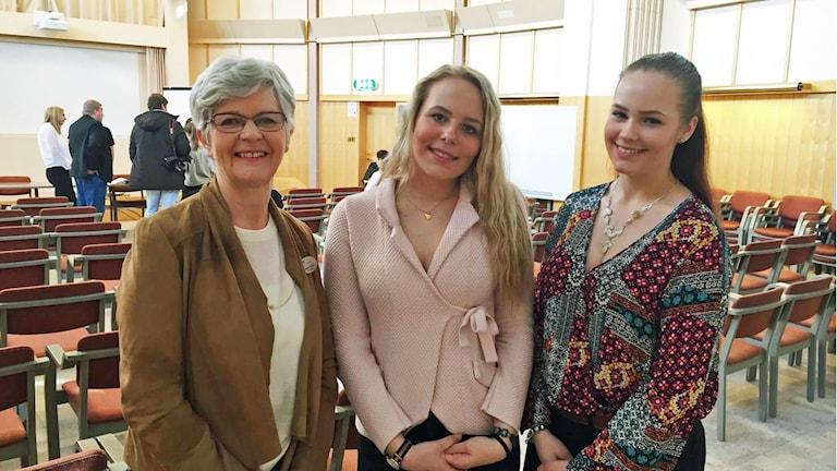 Margareta Skoglund, rektor tillsammans med eleverna Amanda Öhman och Simone Rabe