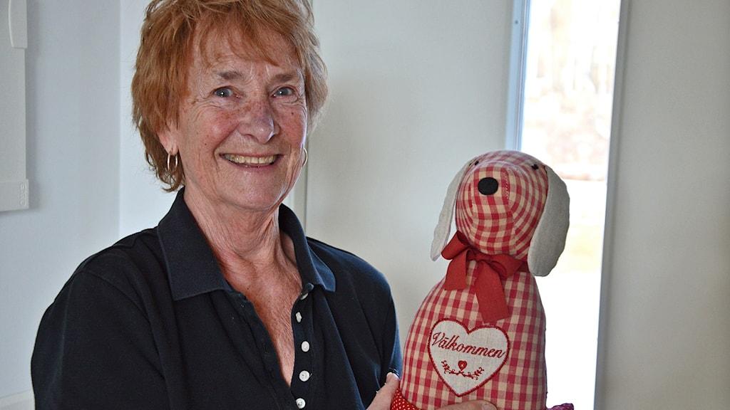 Ulla Lundkvist, Sörhörende, med den dörrstopp i form av en hund som hon fick med sig från huset