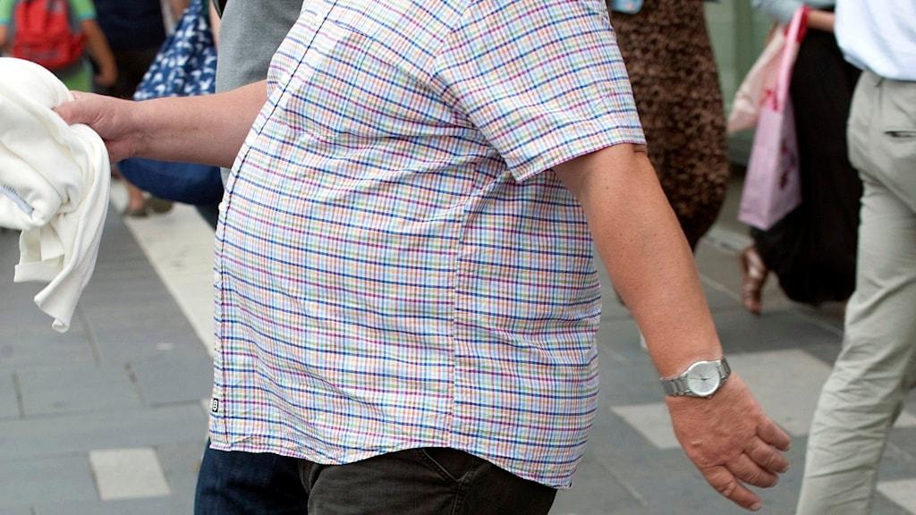 En överviktig man med stor mage.