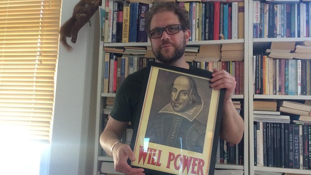 Dan Linder med en tavla av Shakespeare.