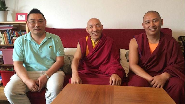 Arrangören Norsang Norsang tillsammans med de tibetanska munkarna Khenpo Choephel och Nima Gylan Tamang.