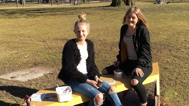 Disa och Ella har köpt varsitt glasspaket för att fira att sommaren är här.