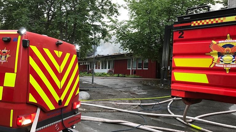 Brandbilar vid Råbybadet i Västerås.