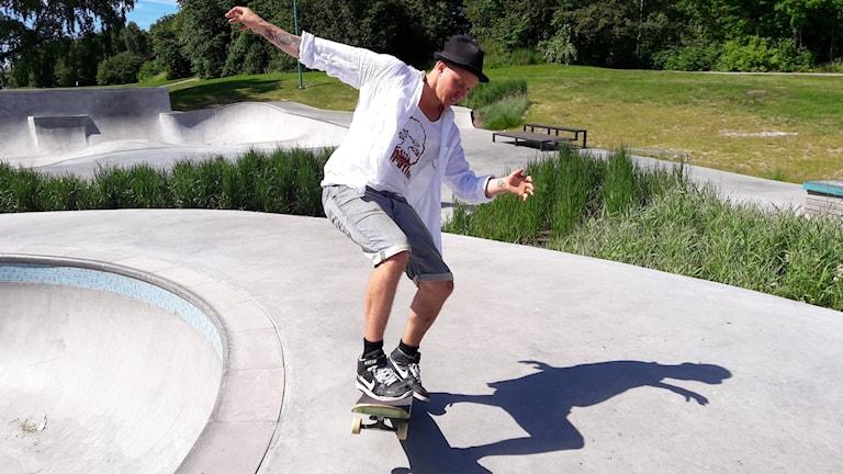 Eddie Närhi är initiativtagare till Västerås första skateboardläger.