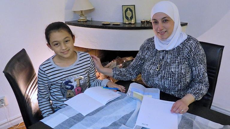 Reem och Lana studerar.