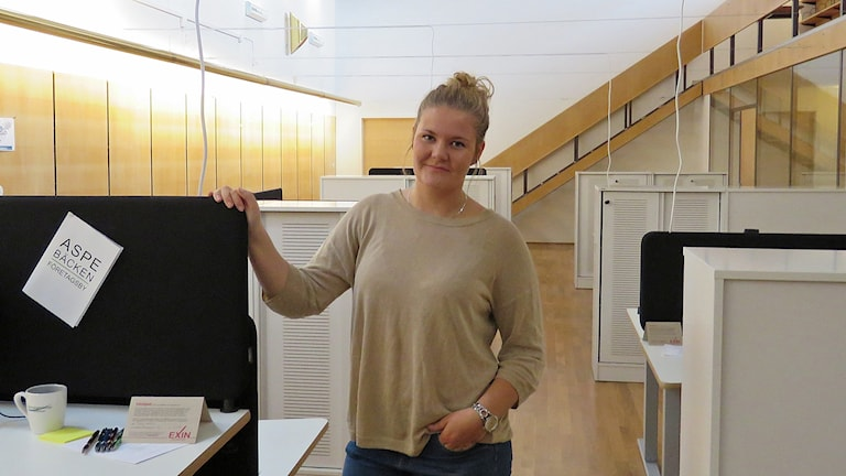Therese Kihlander visar det öppna kontorslandskapet med 10 platser.