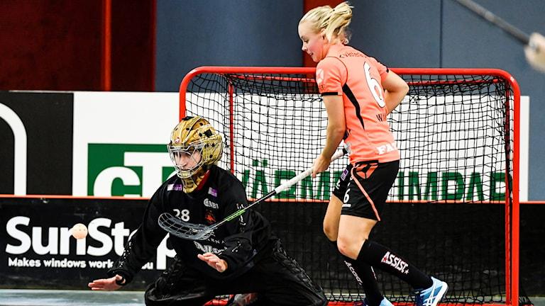 Rönnbys målvakt Helen Bircher och spelaren Anna Wiman. Foto: Pontus Lundahl/TT.