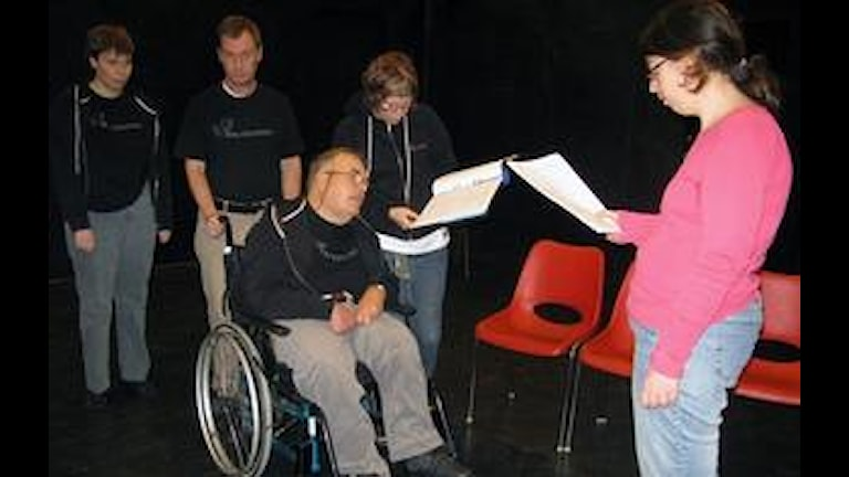 "Teatergruppen ""Änglarna"" repeterar. /Foto: Hagateatern/"