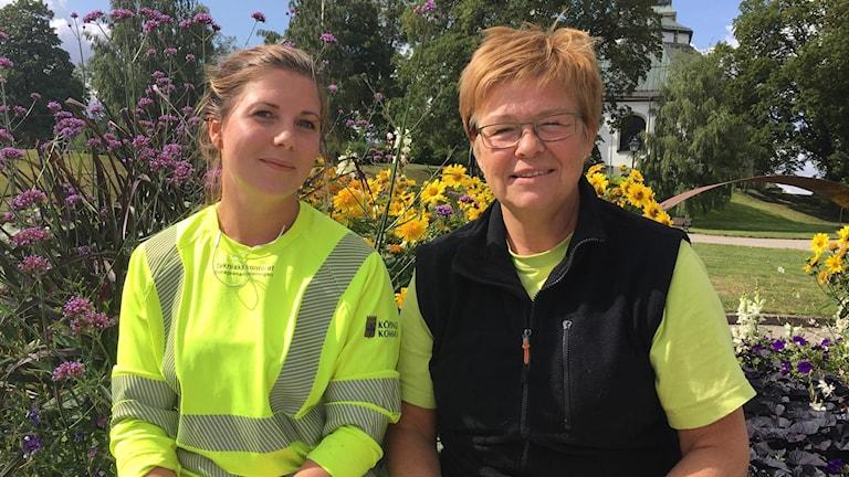 trädgårdsmästarna Johanna Gustafsson och Eva Wallbom på Köpings kommun.