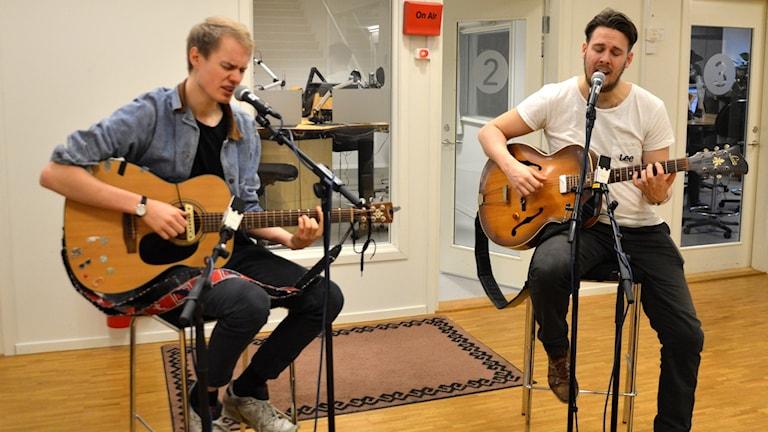 Den Uppsalabaserade duon möttes under Sveriges Radios musiktävling Svensktoppen Nästa 2016.