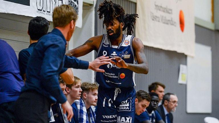 Köping Stars, basket, Jeremy Combs bänken