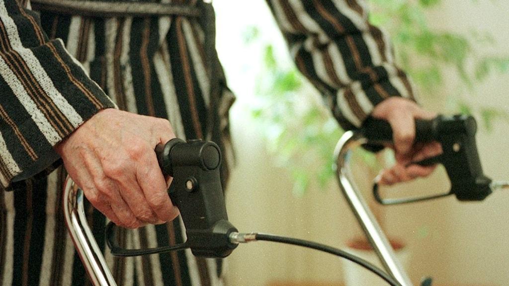 Äldre kvinna med rollator
