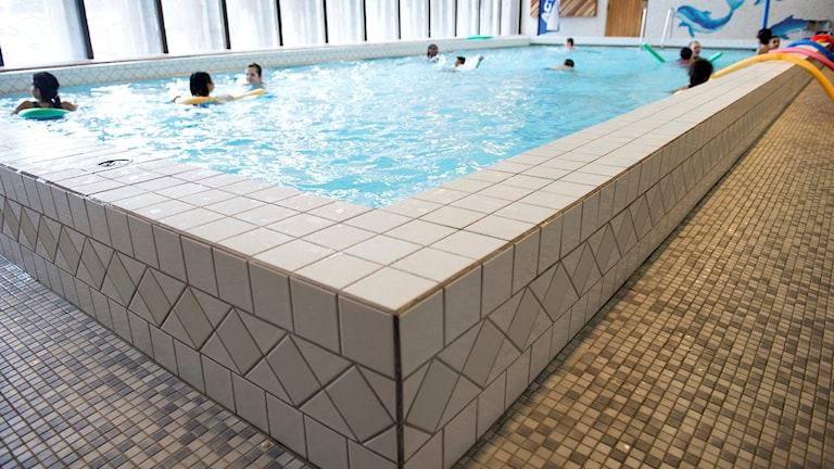 Det nya badhuset i Köping beräknas bli klart hösten 2020.