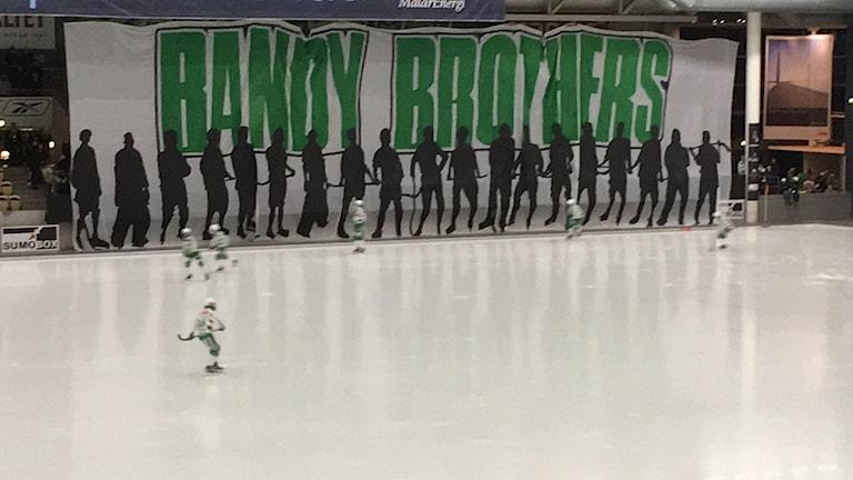 Supportrarna bjuder VSK Bandy på ett tifo inför premiären mot Bollnäs.