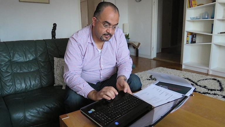 Ayad studerar svenska på distans – ensam i hemmet.