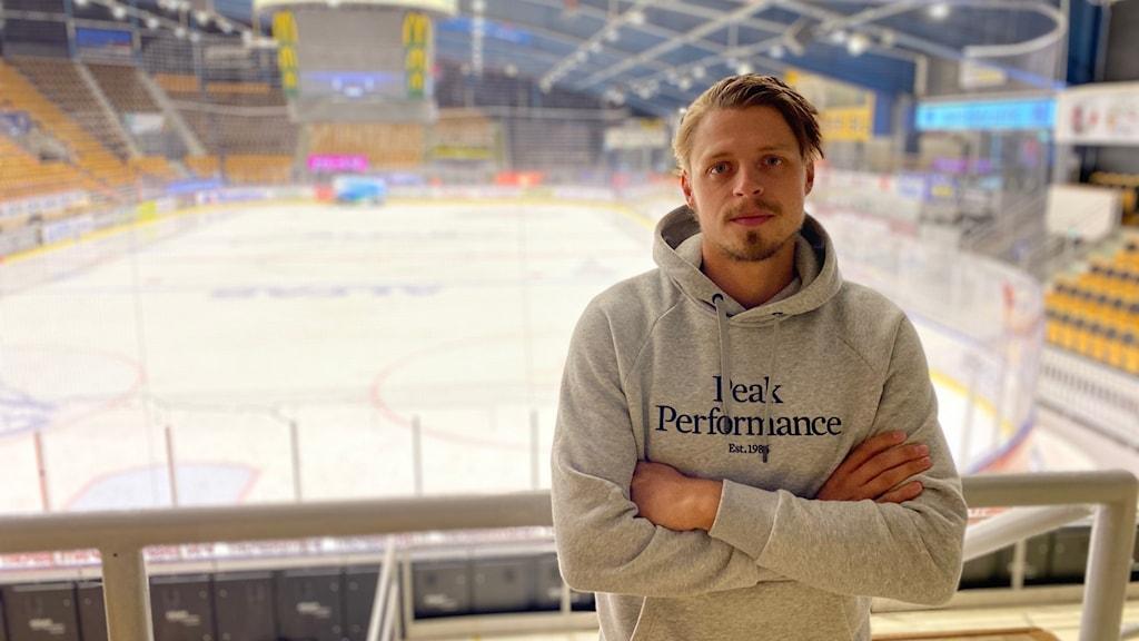 VIK Hockeys lagkapten Jimmie Jansson Lorek vid ishallen ABB Arena