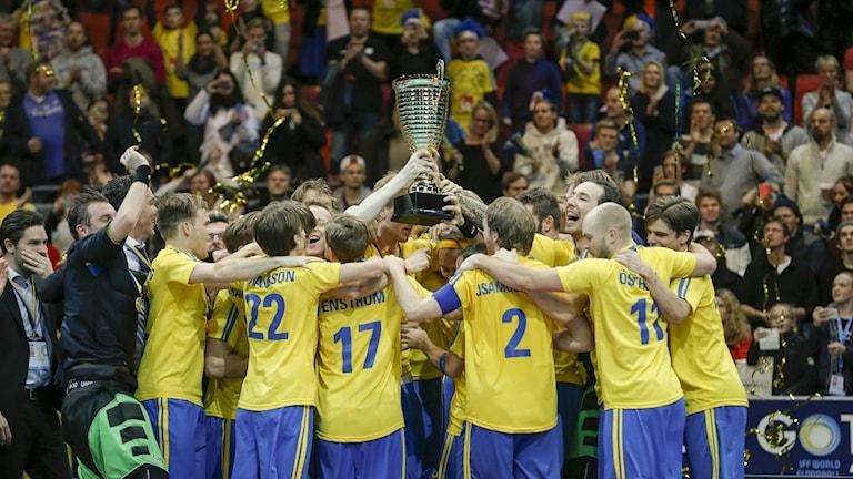 Svenska laget jublar med VM-bucklan efter 3-2-segern i söndagens final i innebandy VM mellan Sverige och Finland i Scandinavium i Göteborg. Foto Adam Ihse