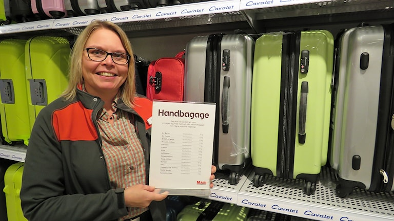 Erika Roos på Ica Maxi Hälla guidar kunderna till rätt storlek på kabinväskan.