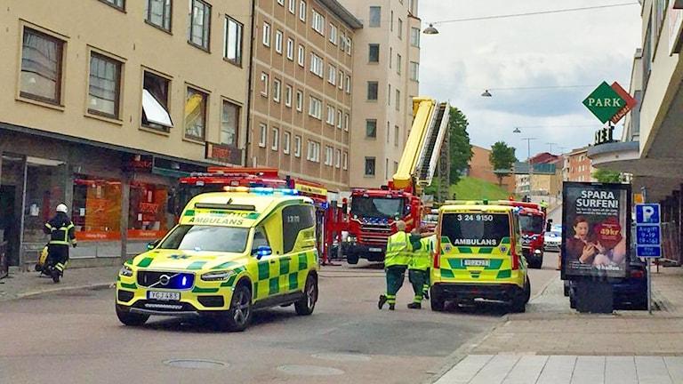 Ambulanser på plats utanför fastigheten igår.