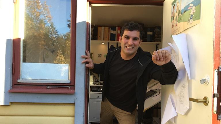 Andreas Symeonides i sin skrivarstuga hemma på tomten i Kungsör