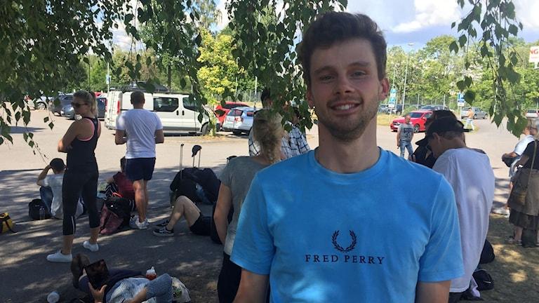 Christian Karlsson från Köping i blå tröja under ett träd. Foto: Privat.