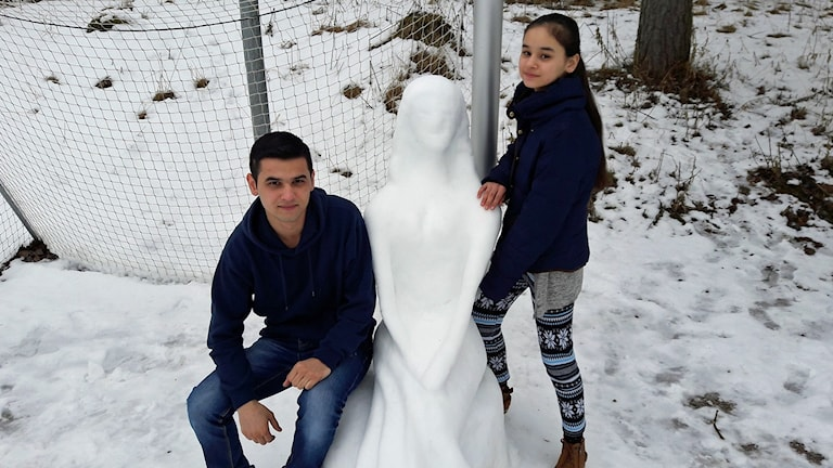 Snöskulptur i Köping skapad av syskon från afghanistan.