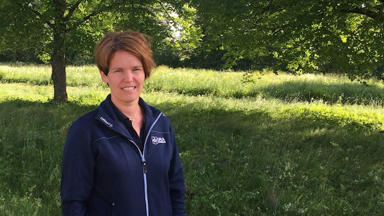 Jenny Sivars, miljöingenjör Sala kommun på en grön äng.