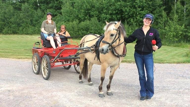 Sandra får skjuts av hästen Happy och människan Matilda i Stafettmanland.
